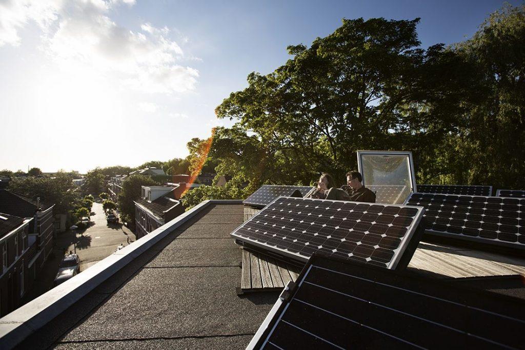 Bewoners-dakterras-met-zonnepanelen