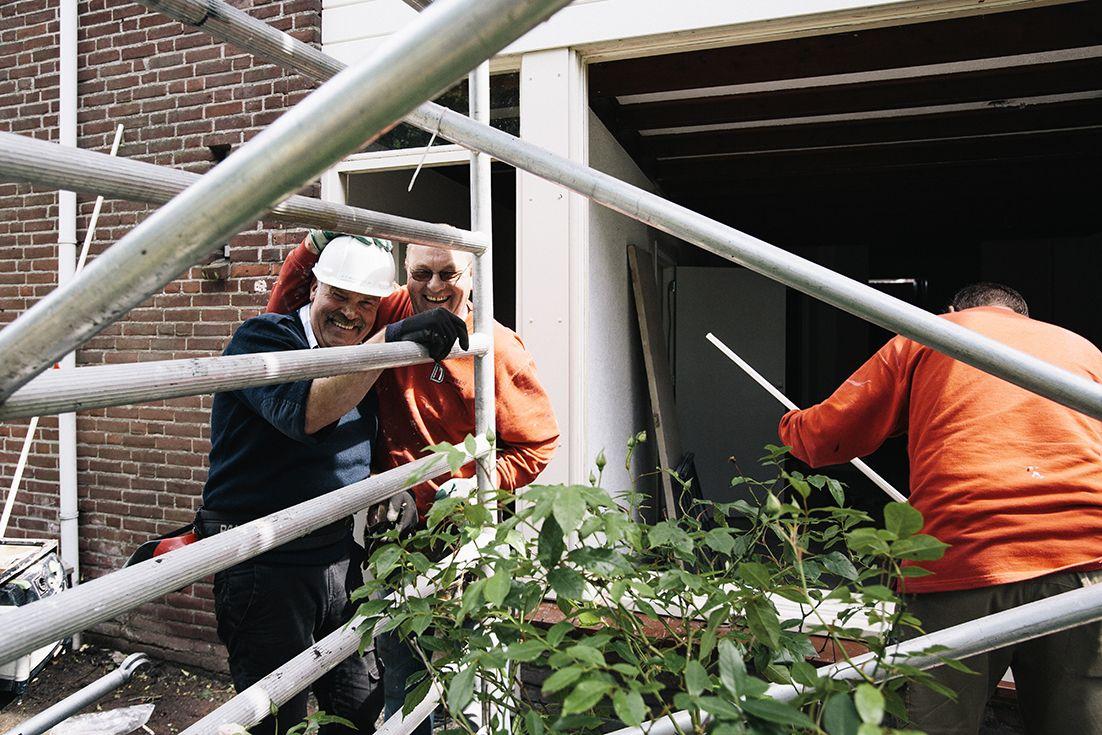 bouwvakkers bij een stijger